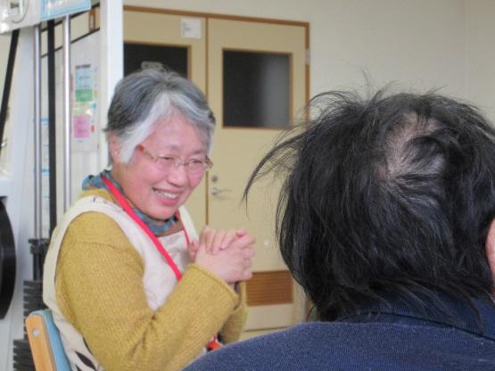 高齢者福祉施設で行っている傾聴活動(写真提供:傾聴ボランティアさくら)