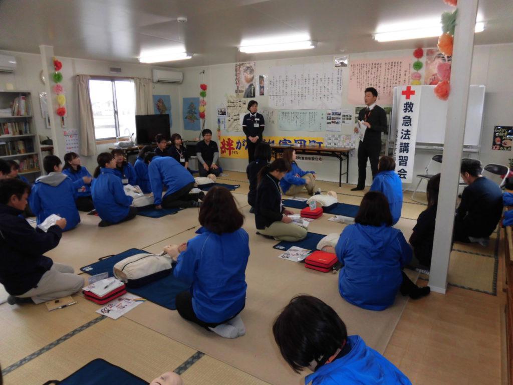 日本赤十字社福島県支部の講師から説明を受けている様子